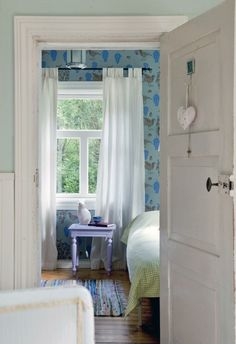 Kesäinen puuhamaa   Koti ja keittiö - Love the character the colourful wallpaper gives for the room!