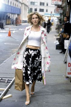 Carrie takes a style risk and mixes prints on the street