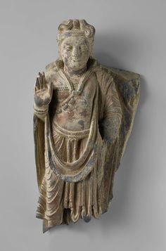 Anonymous | The bodhisattva Maitreya, Anonymous, 200 - 399 | Bodhisattva Maitreya, de rechterhand omhooggehouden (abhaya-mudra); de linkerhand met het attribuut is afgebroken.