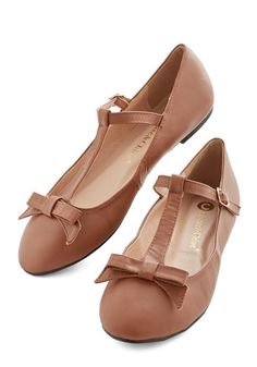 Vintage-ish t-strap wedding shoes   @offbeatbride
