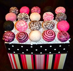 I'm not a big fan of the whole hot pink thing but I like it with black or brown on cakes and stuff like that, these just caught my eye and I think that they are really pretty