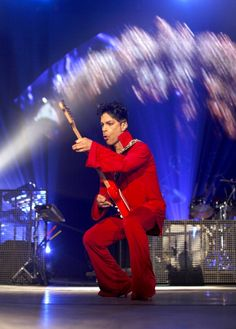prince-performs-during-his-welcome-2-europe-tour-at-ahoy-on-july-9-picture-id118755421 (426×594)