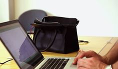 Credit Card Finder's iBag : this bag closes itself when you spend too much money Weird Inventions, Shoe Department, Finding True Love, Black Tote, Shopping Spree, You Tried, Ways To Save Money, Saving Money, Purses