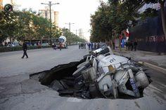 Цементовоз, провалившийся в асфальт в городе Сиань (Китай). Фото: REUTERS