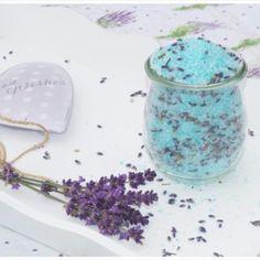 Das beruhigende Lavendel-Badesalz ist in knapp 2 Minuten hergestellt und eine ganz tolle Geschenkidee. Relaxen in der Wanne!