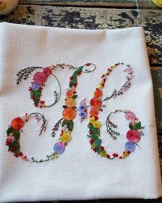 #embroidery #wool#vintage #antique#quilt#brooch#handmade#needleworks#handcraft#ribbon#리본자수#프랑스자수#평택자수 #자수타그램 #엔틱자수 #게으른울실#자수수업 화욜수업의 #hwangjieun0615 지은쌤의 'H' 입니다 비비드하고 화려합니다! 너무 탐나네요 화요일수업쌤들 한분씩 완성해갑니다! #알바벳자수#엘리지베타#쿠션