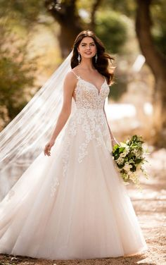 When modern meets boho, beautiful things happen! And this updated A-line lace and tulle boho wedding dress from Essense of Australia is no exception.