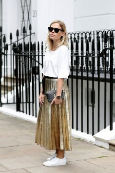 The metallic pleated skirt is a huge trend this season. See how with these 5 casual-chic pleated skirt outfits. Gold Skirt Outfit, Pleated Skirt Outfit, Skirt Outfits, Dress Skirt, Casual Outfits, Pleated Skirts, Rock Outfits, Look Fashion, Fashion Outfits