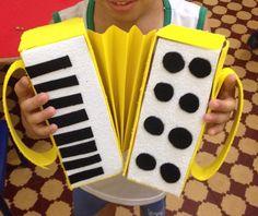 Olha que amor essa sanfoninha feita com caixas de suco, papel cartão e emborrachado (E.V.A) Foram confeccionadas junto com as crianças ... Craft Projects For Kids, Fun Crafts For Kids, Diy And Crafts, Arts And Crafts, Paper Crafts, Preschool Music, Preschool Crafts, Homemade Drum, Homemade Instruments