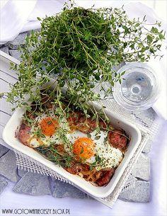 Biała kiełbasa zapiekana z jajkiem w kremowym sosie