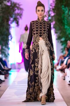 Anamika Khanna Couture at Fashion Parade 2014 Fashion Parade 2014 has held in Kensington Palace. Pakistani Couture, Indian Couture, Pakistani Outfits, Indian Outfits, Indian Attire, Indian Wear, Moda Formal, Desi Wear, Desi Clothes