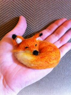 Items similar to sleeping fox on Etsy Fox Crafts, Felt Crafts Diy, Felt Fox, Wool Felt, Needle Felted Animals, Felt Animals, Needle Felting Tutorials, Felt Fabric, Felt Hearts