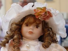 Bambola artigianale fotografata su bancarella. Doll craft photographed on stall.