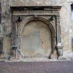 Altes und offenbar ungenutztes Portal mit Gaffköpfen #halle #hallesaale…