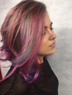 Tudo continua colorido por aqui! 🙌🏻🌈 E esse rainbow hair maravilhoso com as cores todas misturadas é de iluminar o ❤! Trabalho lindo da equipe da @babisodc13 do Circus Augusta! #circus #circusaugusta #rainbowhair #colornocircus #colorhair #beauty #cabeloscoloridos #unicornhair