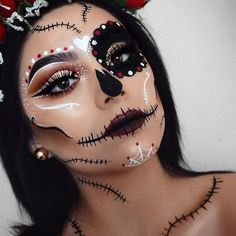 Are you looking for inspiration for your Halloween make-up? Check out the post right here for cool Halloween makeup looks. Girl Halloween Makeup, Fröhliches Halloween, Pretty Halloween, Sugar Skull Halloween Makeup, Dit Halloween Costumes, Vintage Halloween, Candy Skull Costume, All Black Halloween Costume, Sugar Skull Halloween Costume