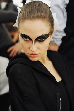 Black swan makeup - may do a look similar to this for a dark angel costume (maquillaje halloween ideas) Raven Costume, Bird Costume, Pheonix Costume, Valkyrie Costume, Bird Makeup, Eye Makeup, Zombie Makeup, Scary Makeup, Makeup Art