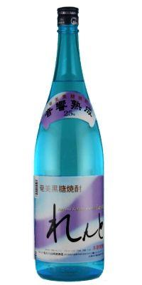黒糖焼酎「れんと」奄美大島 1800ml   聞きなれない名前かもしれませんが、日本で鹿児島県の大島税務署管内だけで製造が許可されている焼酎です。  原料は特産のサトウキビから作られた黒糖です。  通常、黒糖を蒸留して作られたお酒はラム酒となるのですが、奄美諸島に限り黒糖焼酎と名乗ることができます。  黒糖焼酎れんとは、製造責任者:渡悦美さん(数少ない女性杜氏)のこだわりにより、貯蔵タンクに特殊な装置を設置し丸3ヶ月間クラシック音楽を聞かせながら熟成させます(音響熟成) 杜氏:渡悦美さんの談 『普段はあまりお酒を飲まれない方でもスムーズに飲める焼酎を造りたく原料・水・熟成工程にこだわって造りました。また女性の方が、家や飲食店などで飲んでいてもかっこいいようなボトルデザインにしました』   お味は、ほんのり甘いのに、糖分はゼロ。女性にも人気です。