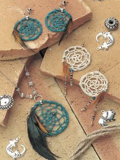 Dream Catcher Jewelry - Free Crochet Pattern ༺✿ƬⱤღ  https://www.pinterest.com/teretegui/✿༻