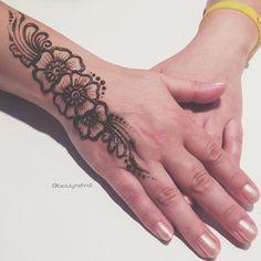 """""""#wakeupandmakeup #afinabeauty #mehnditation #мехенди #менди #hennapro #hennatattoo #hennadesign #hennainspire #hennaart #henna #mehendi #accessories…"""""""