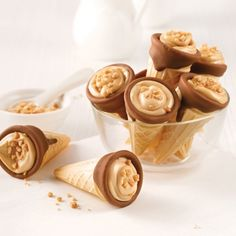 Mini-cornets au beurre d'érable et chocolat – 5 ingredients 15 minutes Tiramisu Dessert, Sweet Recipes, Snack Recipes, Snacks, Easy Desserts, No Bake Desserts, Crispy Chicken Burgers, Apple Cinnamon Rolls, Desserts Ostern