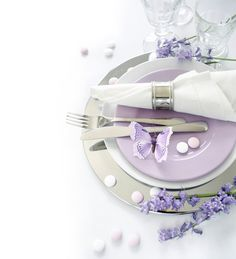 Mother's Day decoration ideas, including this elegant purple table setting. Don't miss the butterfly detail!