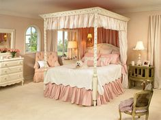 Traditional girl's Bedroom - canopy bed