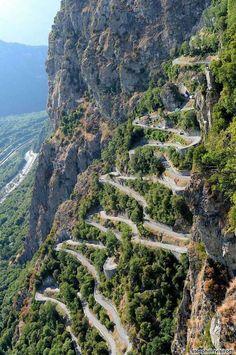 """Col du Chaussy (França) >  O Col du Chaussy é uma estrada na montanha, a uma altitude de 1.533 metros acima do nível do mar. O caminho para chegar ao cume começa com o famoso """"Lacets de Montvernier"""", trecho de 3 km recheado de curvas. Além de todo o ziguezague, os motoristas enfrentam uma queda vertical de 400 metros. Este é exatamente o momento no qual você não quer que seus travões falhem."""