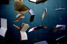 Flying books for Alice in Wonderland halloween party! Joyce Carol Oates, I Love Books, Good Books, Floating Books, Cool Bookshelves, Bookcases, Alice In Wonderland Theme, Mad Hatter Tea, Lomography