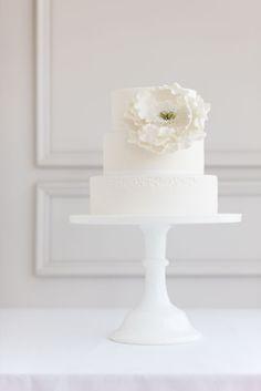 Torta nuziale in bianco. Il massimo della semplicità ed eleganza. White wedding cake. Simple and elegant.