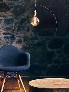 Ø 60 cm Die the loft –Hängeleuchte no_03 ist ein minimalistisches Stilelement im Raum, das durch sein rahmendes Schwarzdrahtgestell eine dezente Körperlichkeit erhält. Sie ist mit einem Drahtgestell in Rechteck- oder Kreisform erhältlich. The Loft, Design Inspiration, Celestial, Circle Shape, Urban Design, Minimalist, Rustic, Loft