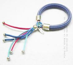 Pulsera con caucho rayado y terminales... Si quieres ver los materiales entra en nuestro blog: http://unlugarenelmundobypaula.blogspot.com