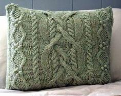 Если вязаные подушки с рождественским рисунком служат ярким элементом новогоднего декора и украшают квартиру максимум один месяц (от Дн... Boho Cushions, Diy Pillows, Decorative Pillows, Throw Pillows, Knitted Pouf, Knitted Cushions, Knitted Blankets, Aran Knitting Patterns, Cable Knitting