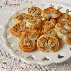 I ventaglietti di pasta sfoglia salati farciti con gorgonzola e noci sono invitanti e saporiti ideali da servire con l'aperitivo o con gli antipasti.