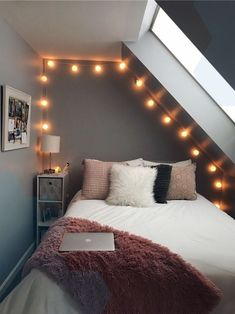 Beautiful Small Bedroom Decor Ideas on a Budget (Minimalist Bedroom Ideas) Cool Teen Bedrooms, Teen Bedroom Designs, Room Ideas Bedroom, Small Room Bedroom, Awesome Bedrooms, Bedroom Decor, College Bedrooms, Bed Room, Master Bedroom