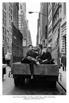 Daniel Kramer, Bob Dylan auf der 5th Avenue mit Peter Yarrow von Peter, Paul und Mary und dem Gitarristen John Hammond Jr., in den 1960er Jahren.