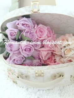 Roses in the box :) Shabby Chic Blog, Romantic Shabby Chic, Shabby Chic Living Room, Shabby Chic Bedrooms, Romantic Homes, Shabby Chic Homes, Shabby Chic Style, Shabby Chic Decor, Room Paint Colors