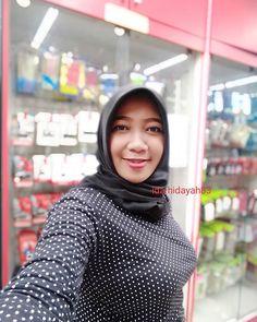 Mata merah tandanya???.......#lfl #lfl💛 #picoftheday #photo #goodevening #selamatmalam #smile #hello #myvibes #selasa #tuesday Arab Girls Hijab, Girl Hijab, Hijab Chic, Beautiful Hijab, Muslim Women, Sweet Girls, Covergirl, Turtle Neck, Photo And Video