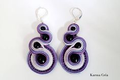 For this pair of loops I wanted to work on a gradient of color. So I embroidered with 4 shades of mauve around black agate beads. They measure 7 cm. They consist of: - mauve purple in 4 different colors - black agate beads - purple miyuki rocaille Primers are made of non-allergenic