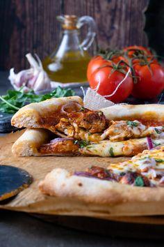 recette facile et simple de la pizza au poulet tikka massala, une pâte à pizza croustillante, moelleuse et alvéole, et sauce tomate conctueuse. Sauce Tomate, Brick, Simple, Food, Drizzle Cake, Mediterranean Kitchen, World Cuisine, Essen, Bricks