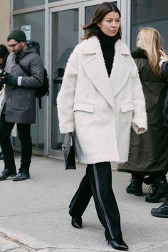 Street style à la Fashion Week automne-hiver 2017-2018 de New York manteau blanc