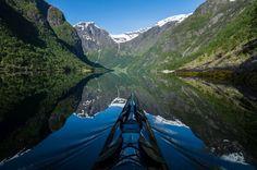 Nærøyfjord in Westnorwegen: Steht das Kajak im Wasser still, erzeugt es...