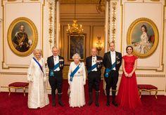 England: 8. Dezember 2016 Queen Elizabeth und Prinz Philip posieren beim alljährlichen diplomatischen Empfang im Buckingham Palast mit Herzogin Catherine, Prinz William sowie Prinz Charles und Herzogin Camilla für ein royales Familienfoto. Das Bild hat allerdings Seltenheitswert. Erstmals durfte ein Fotograf die ganze königliche Familie bei dem Empfang fotografieren.
