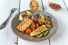 Jalotofua ja kasviksia grillistä Grill Pan, Tofu, Cobb Salad, Grilling, Bbq, Cheese, Kitchen, School, Ideas
