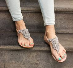 Silver Grey Macrame und PinkLeather Sandale / Sommer von Sheeso