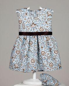 Minivestido de piqué azul con estampado en cachemir. Lazo marrón a la cintura. Cubrepañal del mismo estampado. www.chatitaonline.com