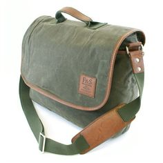 The Huntington Gear Messenger Bag is made from Water Repellent Oil Finish Canvas with Distressed Synthetic trim and logo patch. The Messenger Bag features a fo…