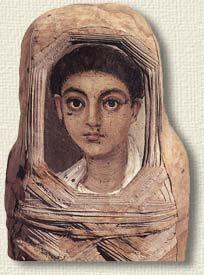 Selon Petrie, les sarcophages n'étaient pas enterrés tout de suite mais gardés dressés contre un mur dans une pièce de la maison familiale
