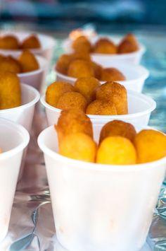 Yo no se ustedes, pero yo me comería por lo menos dos vasitos de estos.  Los sorullitos de maíz son bien común en las fiestas patronales, en las áreas costeras y