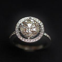 à vendre : 19980€ Solitaire Diamant taille brillant de 3.01 Cts L-VS1. Or gris 18k .Taille 53-54. serti en son centre sur 4 griffes d'un Diamant naturel taille brillant de 3.01 Cts Couleur : L (Légerement teinté ) Pureté : VS1 (Très petites inclusions) dimensions pierre: 9.2 mm + 0.50 Cts de diamants brillants sertis autour et sur le corps de bague  qualité G-VS Poids : 5.0 gr    Taille 53-54 Livré avec certificat du laboratoire GIA mise à la taille offerte Vendu avec Facture .